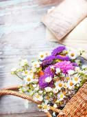 Цветы в корзине со старыми письмами — Стоковое фото