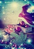 Stiefel und einen hut von santa claus mit weihnachtsschmuck — Stockfoto
