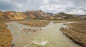 Landmannalaugar unbelievable landscape with tourists walking and river, Iceland — Foto de Stock