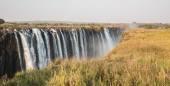 Panoramatický pohled na victoria falls s toruists v zimbabwe — Stock fotografie