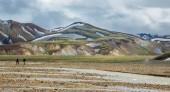 Rozmazané turisté pěšky přes landmannalaugar neuvěřitelné krajiny, island — Stock fotografie