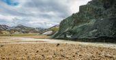 Landmannalaugar neuvěřitelné krajiny s turisty, řeky a zelené hory — Stock fotografie
