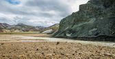 Landmannalaugar unbelievable landscape with tourists, river and green mountain — Stock Photo
