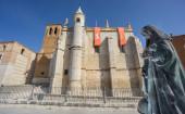 Treaty house in Tordesillas with Joan of Arc statue — Stock Photo
