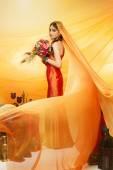 невеста с длинная фата — Стоковое фото