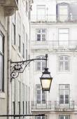 Old street lamp on a classical facade in Lisbon — Stockfoto
