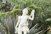 Stone statues in a garden in Sintra — Stockfoto