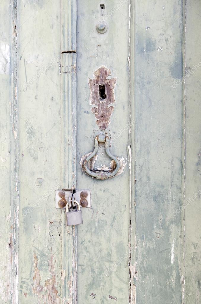 Geschlossene holztür  Geschlossene Holztür mit Dekoration — Stockfoto © esebene-photo ...