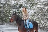 Frau reitpferd — Stockfoto