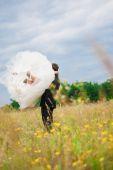 Groom holding bride on hands — ストック写真