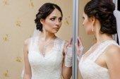 Pięknej narzeczonej w pobliżu lustro — Zdjęcie stockowe