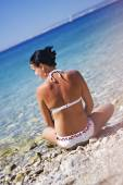 Ocean vacation retreat woman relaxing at the beach — Stock Photo