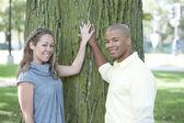 Glada unga interracial par — Stockfoto