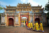 HUE, VIETNAM - May 1, 2014 : People in traditional costumes walk — Stock Photo