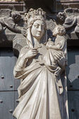 BRUGES, BELGIUM - JUNE 12, 2014: Statue of Madonna on the portal of church Our Lady. — Stock Photo