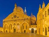 Padova, italie - 8 septembre 2014 : basilica del santo ou la basilique de saint antoine de padoue et l'oratorio san girgio (à droite) dans le crépuscule du soir. — Photo