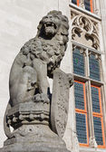 Bruges - The Statue of lion before of the Provincial hof building — Stock Photo