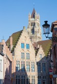 BRUGES, BELGIUM - JUNE 13, 2014: St. Salvator's Cathedral (Salvatorskerk) in the background and the typically brick houses. — Stock Photo