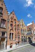 BRUGES, BELGIUM - JUNE 12, 2014: Typicaly brick house on Moerstraat street — Stockfoto