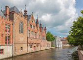 Bruges - Look from Steenhouwersdijk street to canal typically brick houses. — Stock Photo