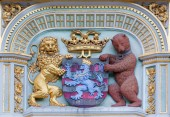 BRUGES, BELGIUM - JUNE 12, 2014: The Heraldry of town Bruges from the house on Burg square. — Stock Photo