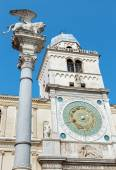 PADUA, ITALY - SEPTEMBER 9, 2014: Piazza dei Signori square and Torre del Orologio (astronomical clock tower) and st. Mark column on Piazza dei Signori square. — Stock Photo