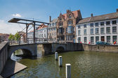 BRUGES, BELGIUM - JUNE 13, 2014: Little bascule bridge and typically house over the canal from Sint Annarei street. — Stock Photo