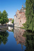 Bruges - Look from Gruuthusesstraat street to canal typically brick houses. — Stock Photo