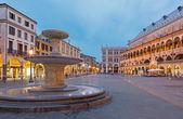 Padova, itálie - 9 září 2014: piazza delle erbe v večer za soumraku a palazzo ragione. — Stock fotografie