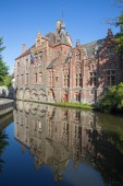 Bruges - Look from Dijver street to canal with the mirror of typically brick houses. — Stock Photo