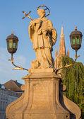 Bruges - la san giovanni nepomuceno statua sul ponte e la torre della chiesa di nostra signora. — Foto Stock