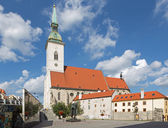 BRATISLAVA, SLOVAKIA - SEPTEMBER 21, 2014: St. Martins cathedral from south and memorial of holocaust. — Stockfoto