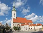 BRATISLAVA, SLOVAKIA - SEPTEMBER 21, 2014: St. Martins cathedral from south and memorial of holocaust. — Zdjęcie stockowe