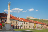 SPISSKE PODHRADIE, SLOVAKIA - JULY 19, 2014: The Square of Spisske Podhradie and the ruins of Spissky castle in the background. — Stock Photo