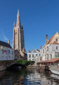 Bruges - Church of Our Lady and canal in morning light — Stock Photo