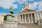 Brussels - St Jacques Church at The Coudenberg and Godefroid Van Bouillon king of Jesusalem memorial. — Stock Photo