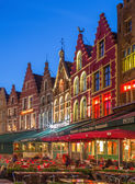 BRUGES, BELGIUM - JUNE 11, 2014: The houses of the Grote Markt square at dusk. — Stockfoto