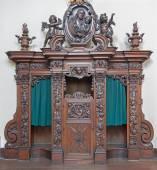 BRUGES, BELGIUM - JUNE 13, 2014: The carved confession box in Karmelietenkerk (Carmelites church) by carmelite Victor van de Heilige Jacob fromk 17. cent. — Stock Photo