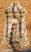 BRUGES, BELGIUM - JUNE 12, 2014: The Baroque statue of Madonna on the facade of Belfort van Brugge. — Stock Photo