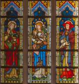 BRUGES, BELGIUM - JUNE 13, 2014: Madonna with the saints on the windowpane in st. Giles church (Sint Gilliskerk) — Stock Photo