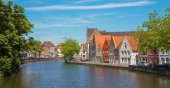 BRUGES, BELGIUM - JUNE 13, 2014: Typically house over the canal from Sint Annarei street. — Stock Photo