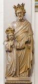 Brujas, Bélgica - 13 de junio de 2014: la estatua tallada de San José con la corona en karmelietenkerk (iglesia de los Carmelitas) — Foto de Stock