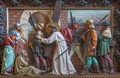 BRUGES, BELGIUM - JUNE 13, 2014: Jesus meet the women of Jerusalem. Relief in st. Giles church (Sint Gilliskerk) as part of the Passion of Christ cycle. — Stock fotografie