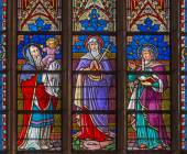 BRUGES, BELGIUM - JUNE 12, 2014: The virgin of sorrows  on the windowpane in St. Salvator's Cathedral (Salvatorskerk) by stained glass artist Samuel Coucke (1833 - 1899) with Simeon and prophet Ann, — Stock Photo
