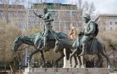 MADRID - MARCH 10: Don Quixote and Sancho Panza statue from Cervantes memorial by sculptor Lorenzo Coullaut Valera (1925 - 1930) on Plaza Espana on March 10, 2013 in Madrid — Stock Photo