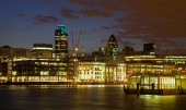 London - quay by daylight and skyscrapers in background — Stock Photo