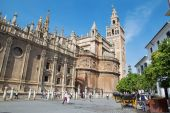 SEVILLE, SPAIN - OCTOBER 28, 2014: Cathedral de Santa Maria de la Sede with the Giralda bell tower. — Foto de Stock