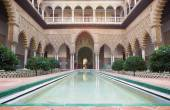SEVILLE, SPAIN - OCTOBER 28, 2014: The The Courtyard of the Maidens in Alcazar of Seville. — Stock Photo