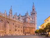 Seville - Cathedral de Santa Maria de la Sede with the Giralda bell tower in morning dusk. — Zdjęcie stockowe