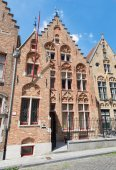 BRUGES, BELGIUM - JUNE 12, 2014: Typicaly brick house on Moerstraat street — Stock Photo